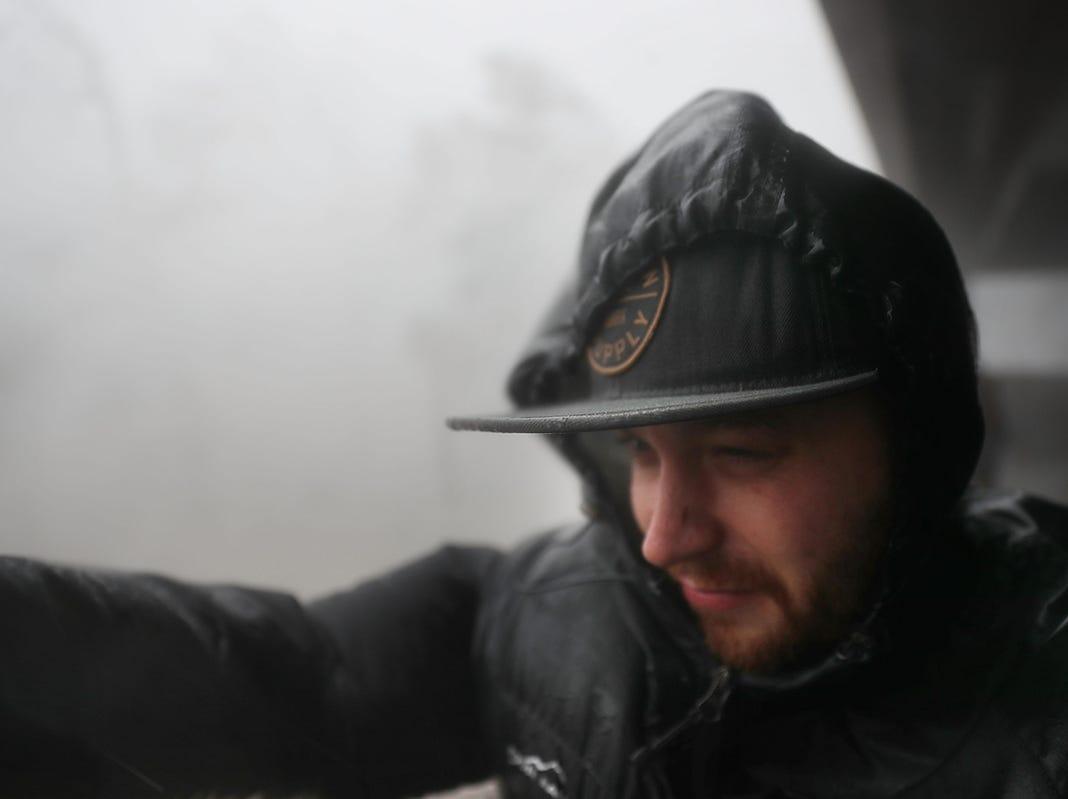 Frank Gaetano se refugia en un estacionamiento mientras el huracán Michael atraviesa el área el 10 de octubre de 2018 en la ciudad de Panamá, Florida. El huracán tocó tierra en el Panhandle de Florida como una tormenta de categoría 4.