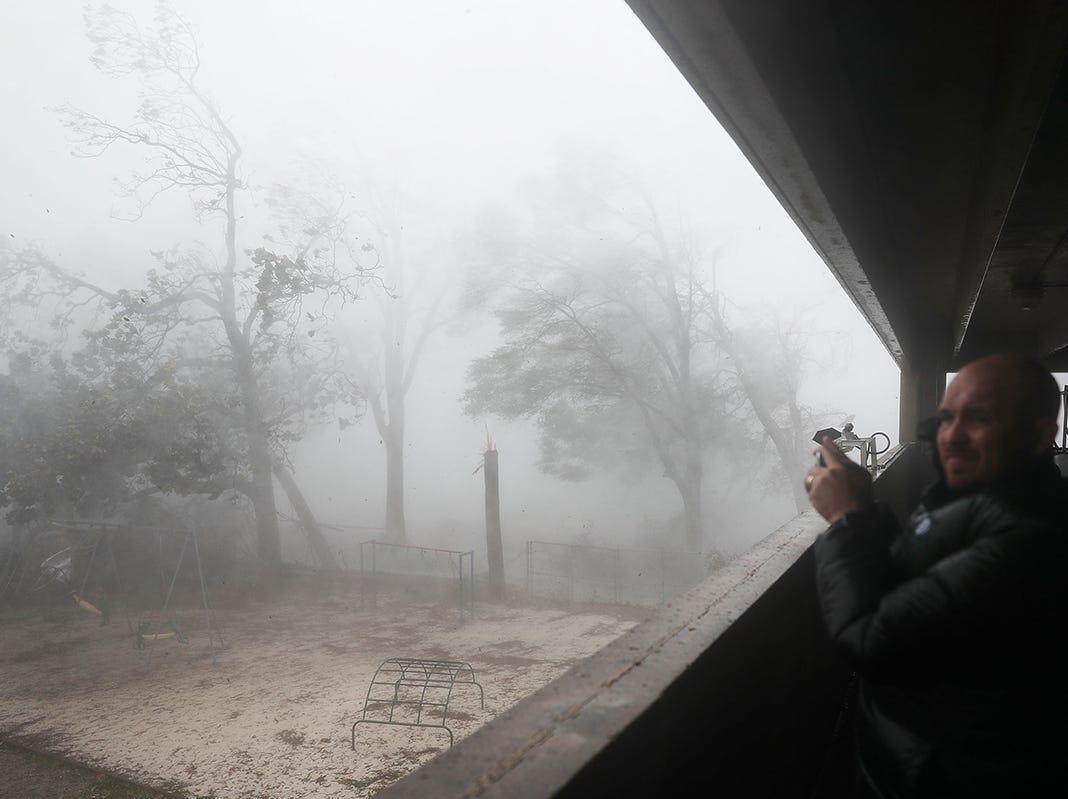 Derik Kline se refugia en un estacionamiento mientras el huracán Michael atraviesa el área el 10 de octubre de 2018 en la ciudad de Panamá, Florida. El huracán tocó tierra en el Panhandle de Florida como una tormenta de categoría 4.