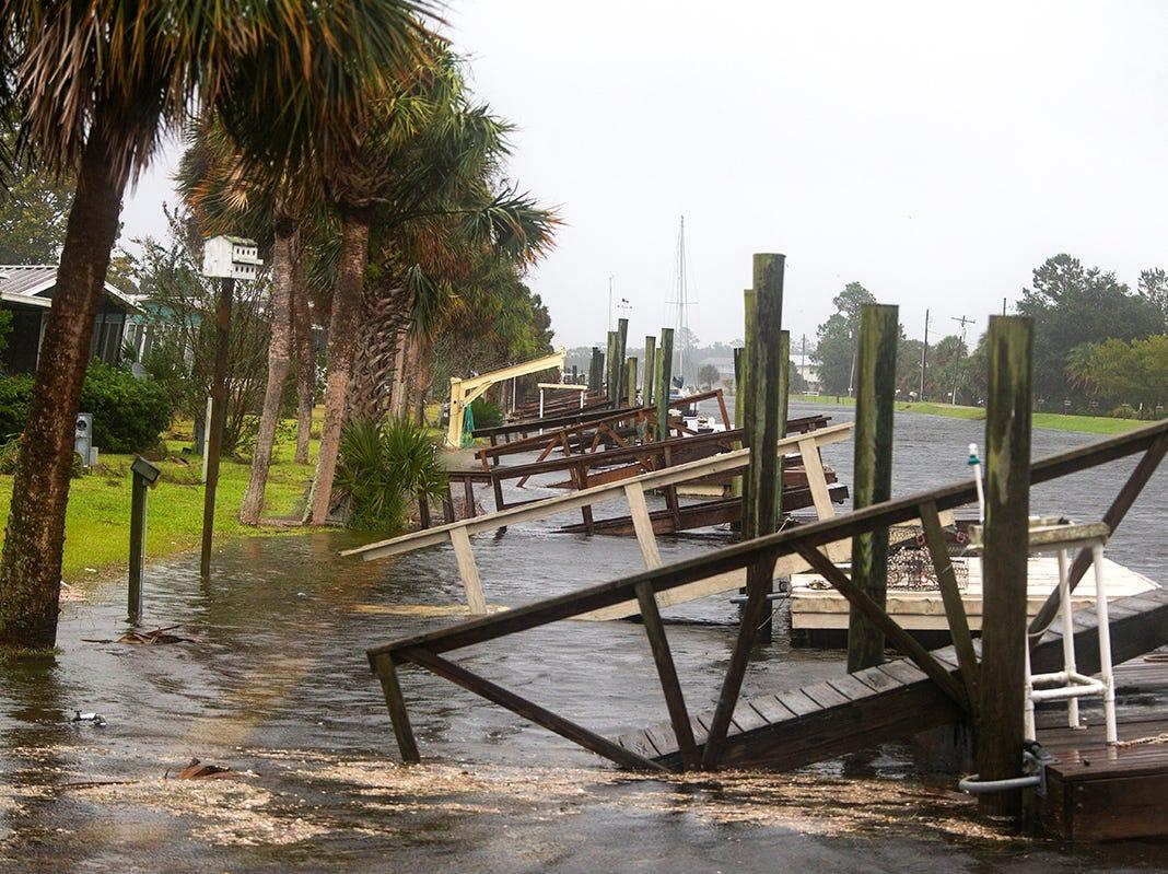 La marea de tormenta del huracán Michael empuja las casas cuatro horas antes de la marea alta el 10 de octubre de 2018 en la comunidad de Florida Panhandle de Shell Point Beach, Florida. Se pronostica que el huracán azotará el Panhandle de Florida en una posible tormenta de categoría 4.