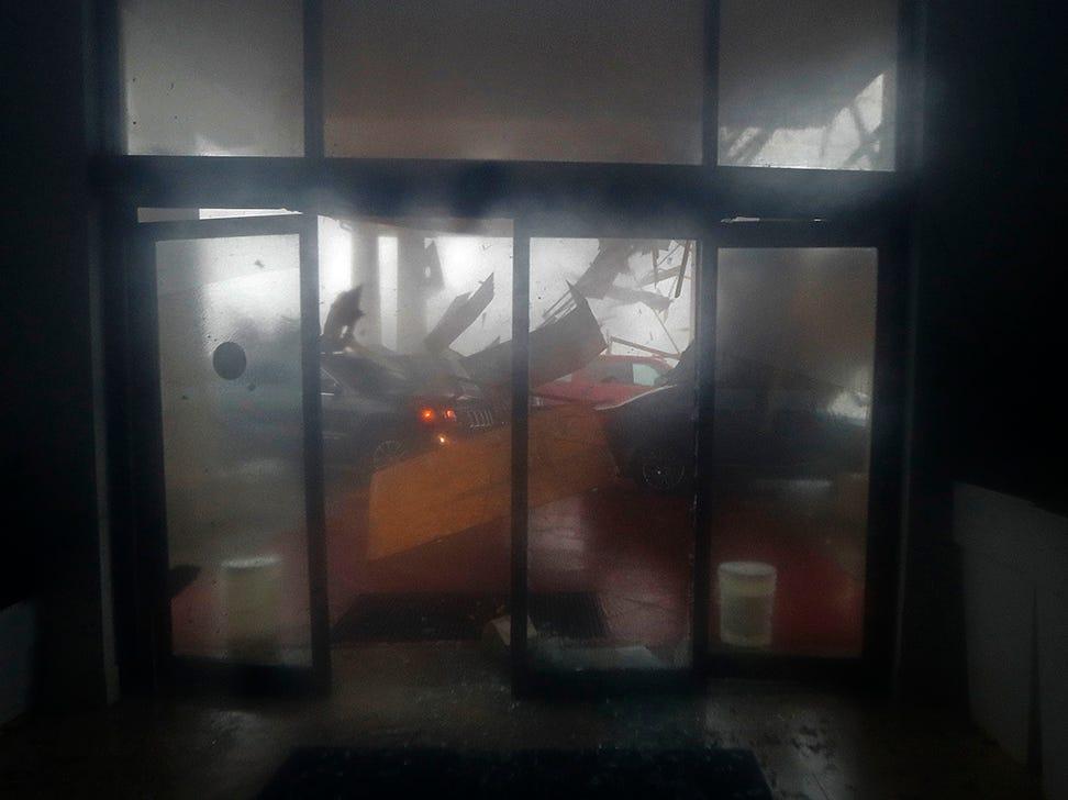 El dosel de un hotel se derrumba en los vehículos durante el huracán Michael en Panama City Beach, Florida, el miércoles 10 de octubre de 2018.