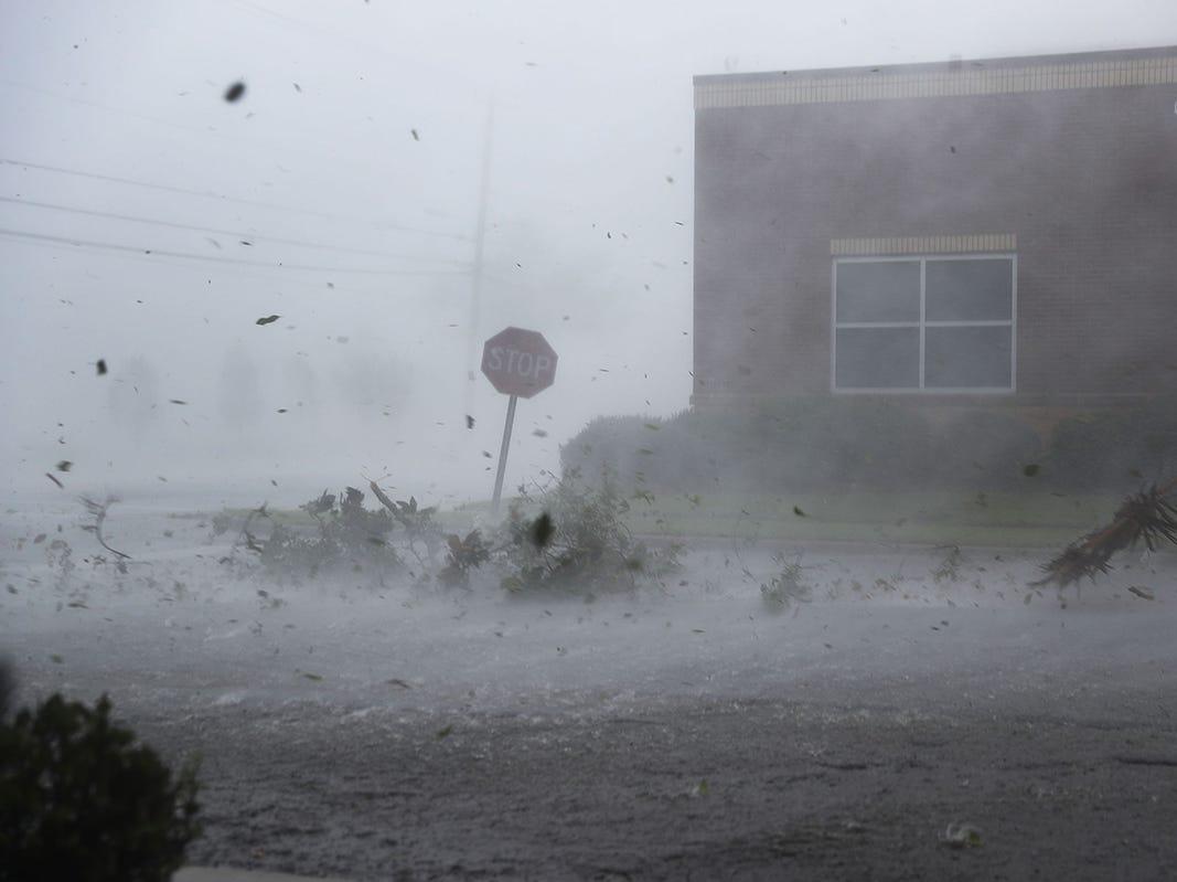 El huracán Michael arroja escombros en una calle el 10 de octubre de 2018 en la Ciudad de Panamá, Florida. El huracán tocó tierra en el Panhandle de Florida como una tormenta de categoría 4.