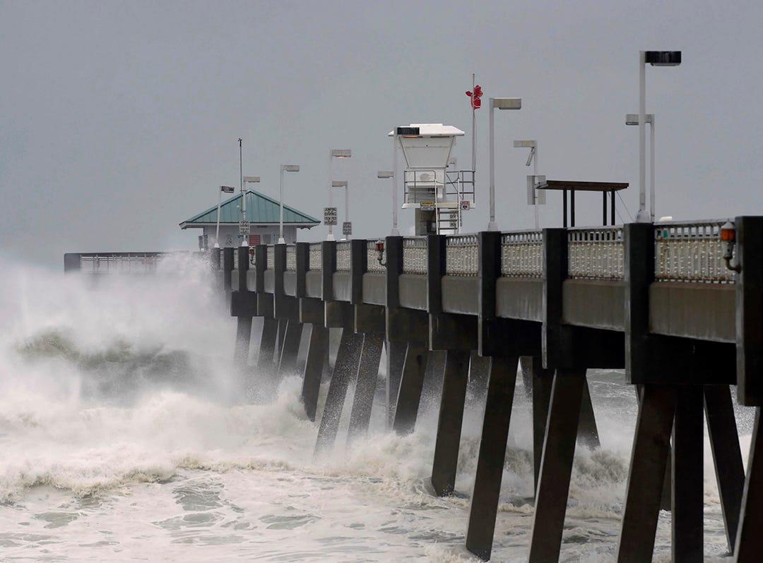 Las fuertes olas desde el huracán Michael que se aproxima golpean el muelle de pesca en la isla Okaloosa en Fort Walton Beach, Florida, el miércoles 10 de octubre de 2018.
