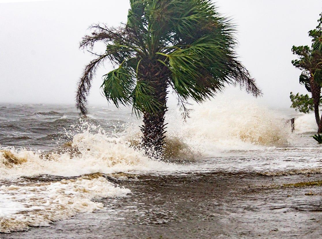 La marejada de la tormenta y las olas del huracán Michael golpean las casas frente al mar el 10 de octubre de 2018 en la comunidad de Florida Panhandle de Shell Point Beach, Florida. Se pronostica que el huracán azotará el Panhandle de Florida en una posible tormenta de categoría 4.
