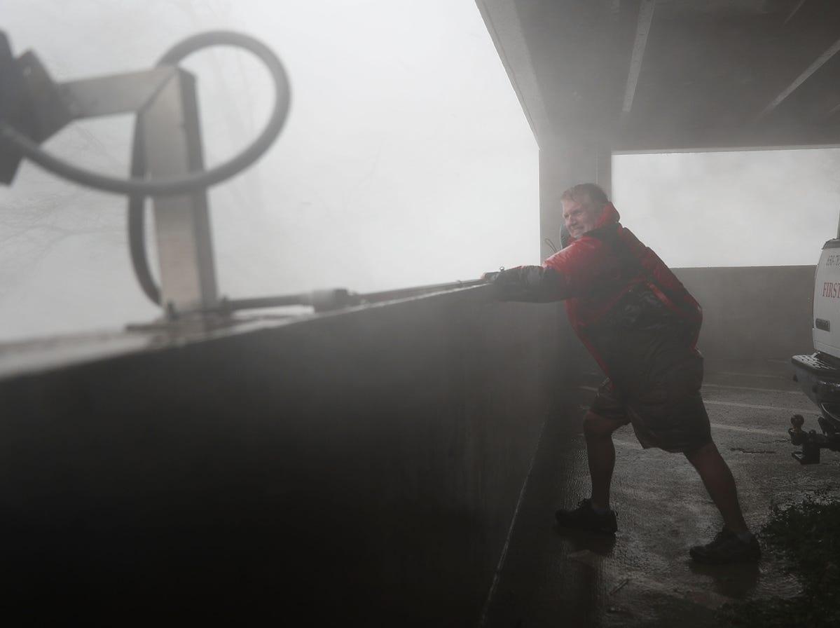Chuck Cummins es arrastrado por los vientos mientras se refugia en un estacionamiento mientras el huracán Michael atraviesa el área el 10 de octubre de 2018 en Ciudad de Panamá, Florida. El huracán tocó tierra en el Panhandle de Florida como una tormenta de categoría 4.