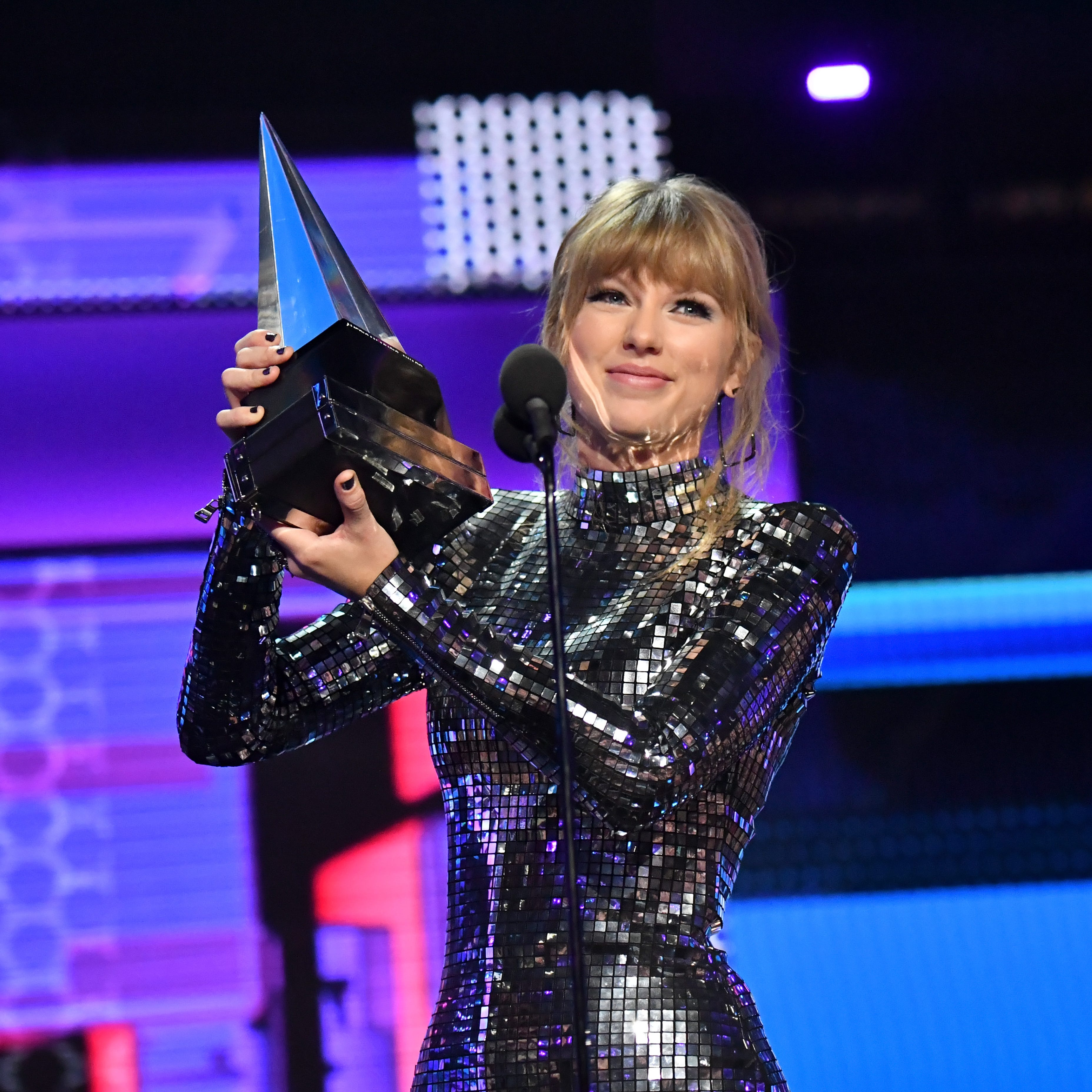 Did Taylor Swift do something bad? Her AMA performance speaks volumes