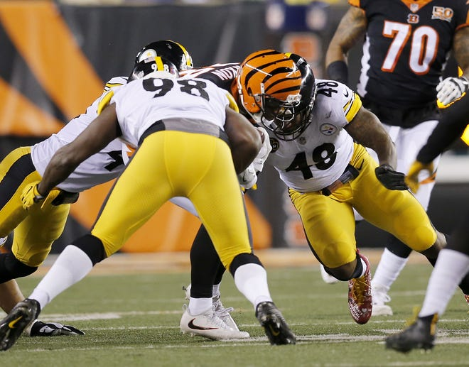 Pittsburgh Steelers outside linebacker Bud Dupree (48) makes helmet-to-helmet contact with Cincinnati Bengals running back Joe Mixon (28) on a run, causing him to leave the game, in the second quarter on Dec. 4, 2017.