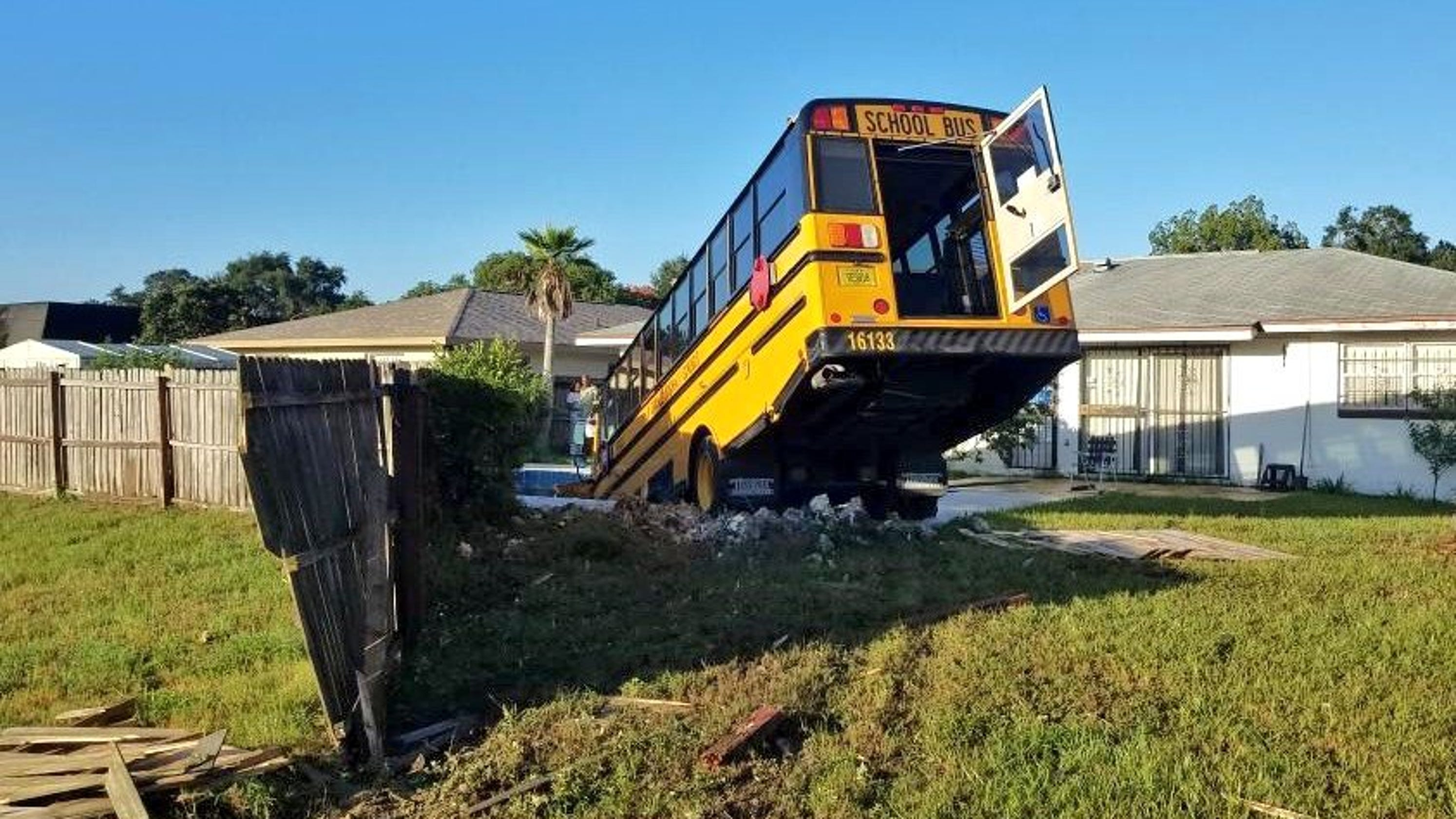 School bus crashes into swimming pool in pine hills florida - Above ground swimming pools orlando florida ...