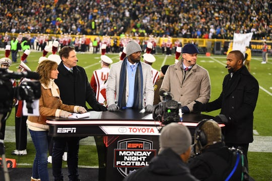 "Suzy Kolber, from left, Steve Young, Randy Moss, Matt Hasselbeck and Charles Woodson of ESPN's ""Monday Night Countdown"" will be back at Lambeau Field on Monday for the Packers-49ers game."