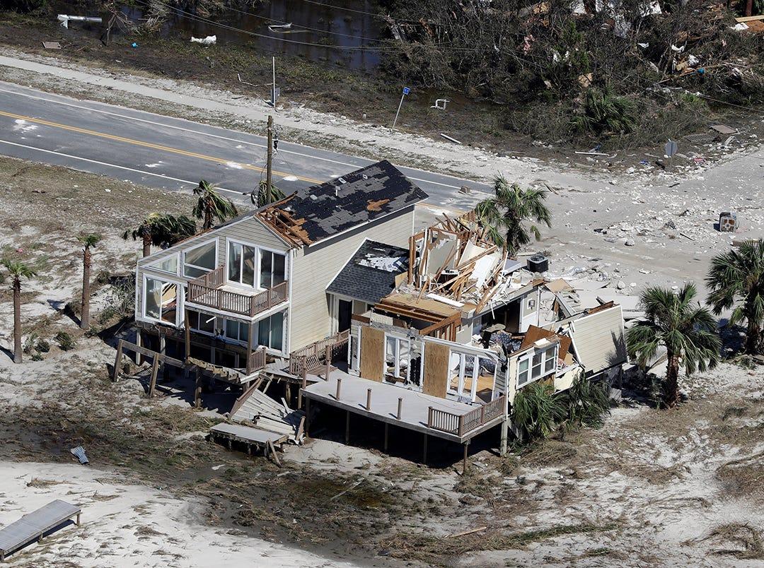 Las casas destruidas por el huracán Michael se muestran desde el aire el 11 de octubre de 2018 en Mexico Beach, Florida. Al menos siete muertes han sido atribuidas a Michael, el huracán más poderoso registrado para golpear el Panhandle de la Florida, con vientos sostenidos de 155 mph.