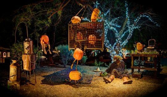 Esta es una escena del recorrido de Carefree Enchanted Pumpkin Garden.
