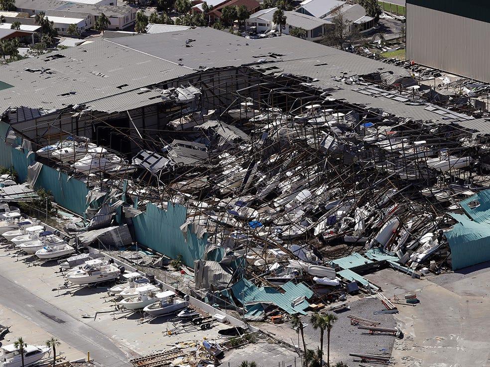 Un techo sobre un edificio de almacenamiento de barcos se derrumbó después del huracán Michael el 11 de octubre de 2018, en Panama City Beach, Florida. El huracán Michael tocó tierra el miércoles como un huracán de categoría 4 con vientos de 155 mph (250 kph) y una marejada ciclónica de 9 pies (2,7 metros).