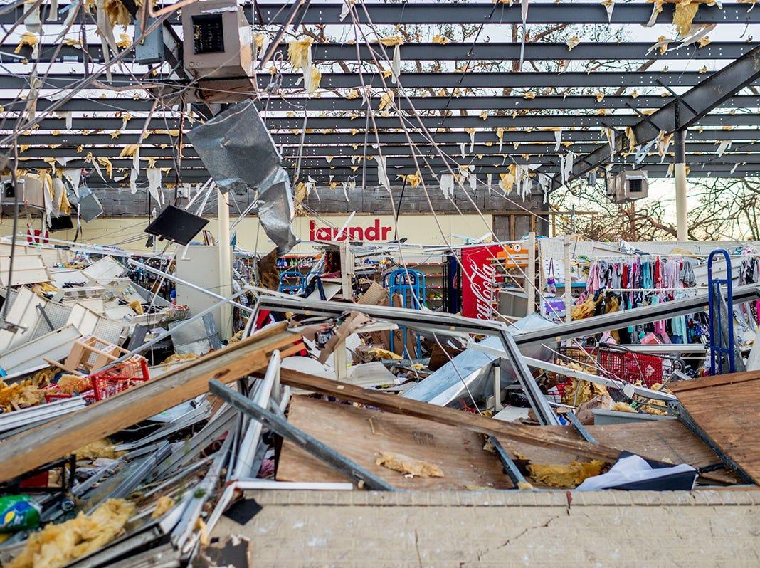 El interior de una tienda Family Dollar Store después del huracán Michael en Millville, Florida, el 11 de octubre de 2018. - El número de muertos por el huracán Michael, que se estrelló en la costa de Florida como una categoría 4 tormentas, ha aumentado a al menos seis en tres estados, dijeron funcionarios de EE. UU. El jueves 11 de octubre de 2018.