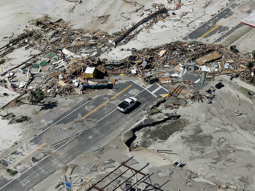 Los escombros de las casas destruidas por el huracán Michael bloquean una carretera el 11 de octubre de 2018, en Mexico Beach, Florida. El huracán golpeó con vientos de categoría 4 que causaron daños mayores.