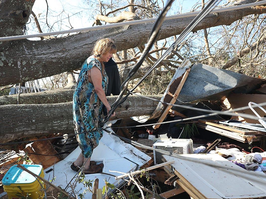 Kathy Coy se encuentra lo que queda de su hogar después de que el huracán Michael la destruyó el 11 de octubre de 2018 en la ciudad de Panamá, Florida. Ella dijo que estaba en la casa cuando se rompió y está agradecida de estar viva. El huracán golpeó el Panhandle de Florida como una tormenta de categoría 4.