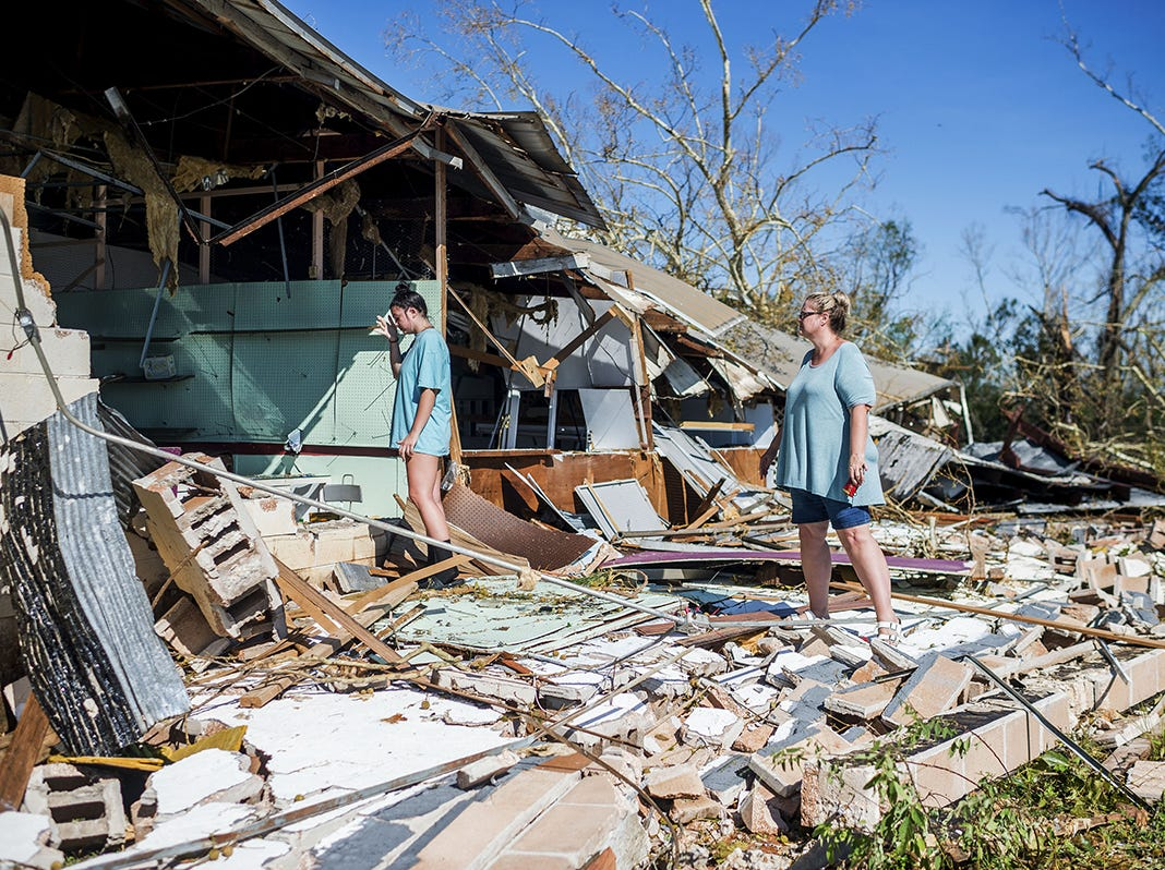 La familia Slaughter guarda su mercancía de su tienda de antigüedades dentro del mercado de pulgas de la calle 15 en la ciudad de Panamá, Florida, después del huracán Michael, el 11 de octubre de 2018. Región costera como un poderoso huracán que mató al menos a dos personas.