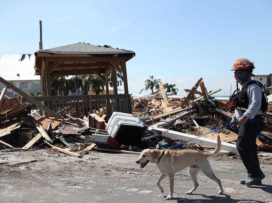 Los miembros del equipo de búsqueda y rescate del sur de la Florida buscan sobrevivientes en la destrucción que dejó después del huracán Michael que pasó por el área el 11 de octubre de 2018 en Mexico Beach, Florida. El huracán golpeó con vientos de categoría 4 que causaron daños mayores.