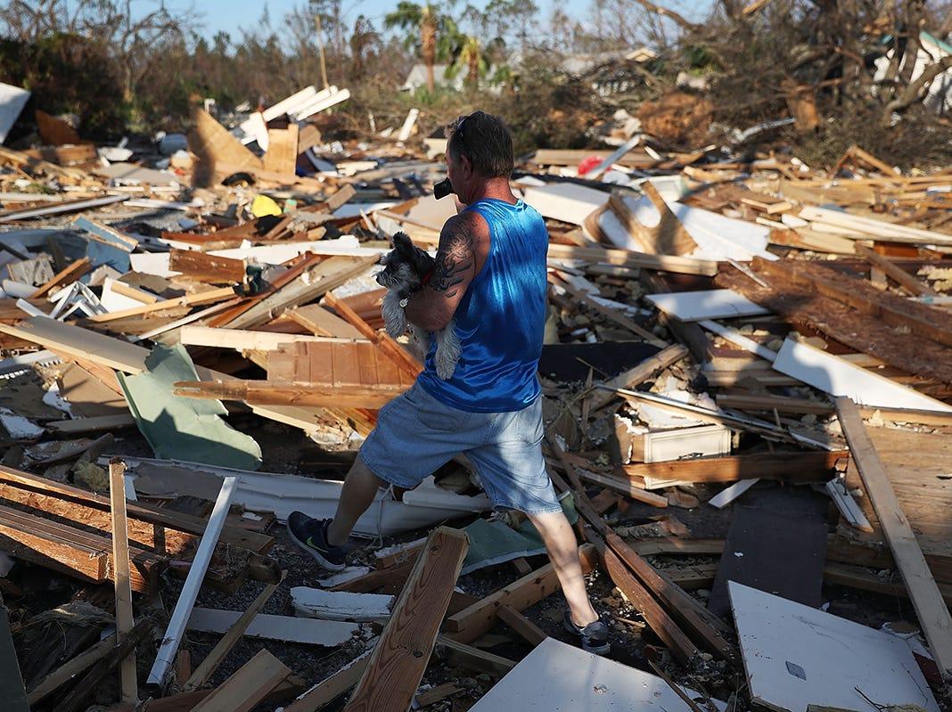 Tom Koziol camina a través de los escombros que quedan en una calle al lado de su casa después de que el huracán Michael atravesó el área el 11 de octubre de 2018 en Mexico Beach, Florida.