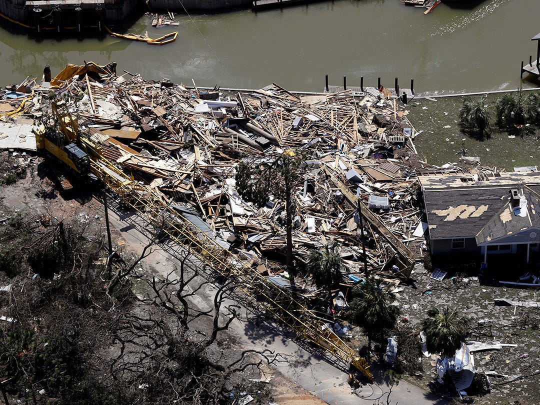 Los escombros del huracán Michael se llenan mucho el 11 de octubre de 2018, en Mexico Beach, Florida. El huracán Michael tocó tierra el miércoles como un huracán de categoría 4 con vientos de 155 mph (250 kph) y una marejada ciclónica de 9 pies (2,7 metros).