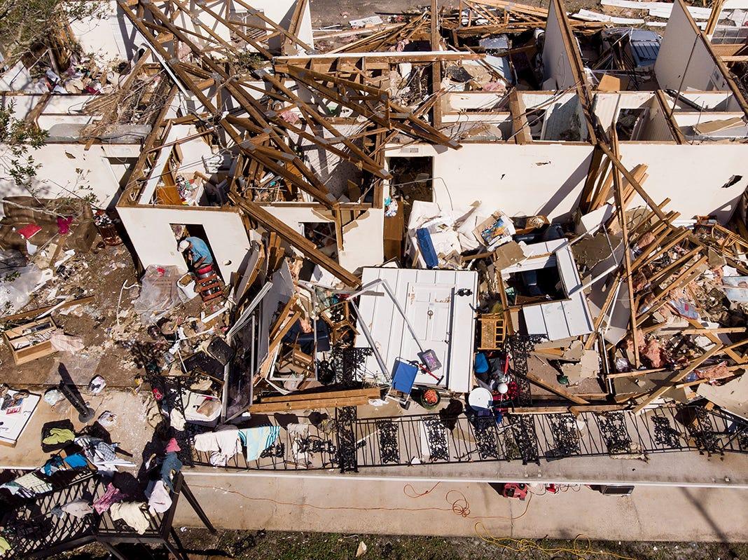 Un hombre trabaja a través de los restos de un apartamento después del huracán Michael, el 11 de octubre de 2018 en la ciudad de Panamá, Florida. - Los residentes de Florida Panhandle se despertaron a las escenas de devastación el jueves después de que Michael abrió un camino a través de la región costera como un poderoso huracán que mató al menos a dos personas.