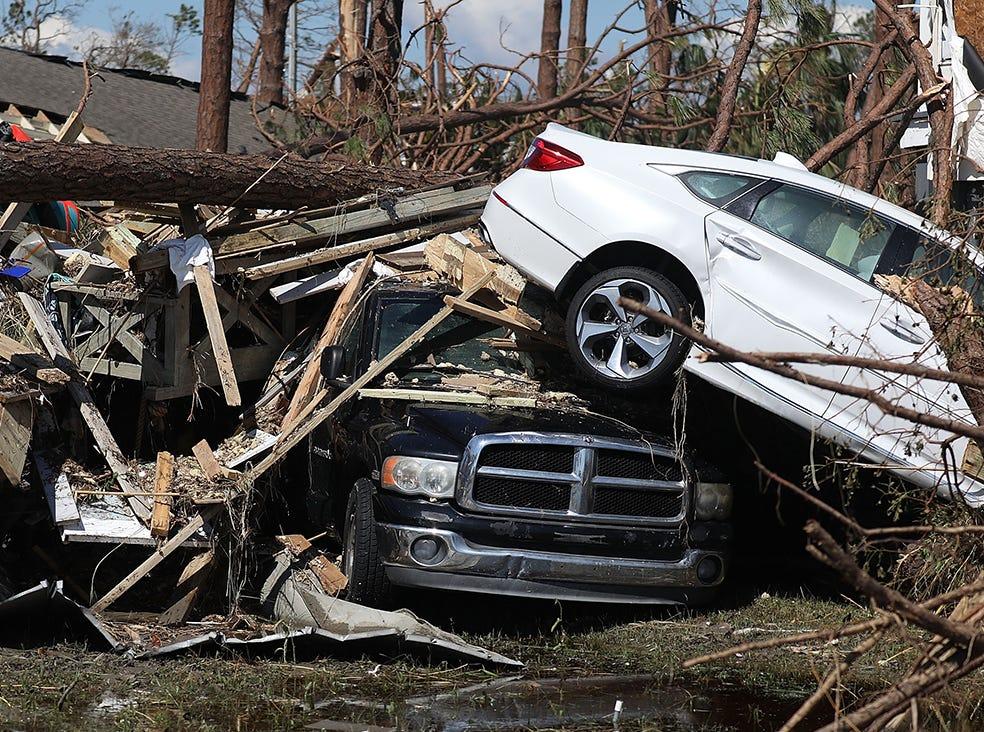 Los autos se apilan uno encima del otro después de que el huracán Michael atravesó el área el 11 de octubre de 2018 en Mexico Beach, Florida. El huracán golpeó con vientos de categoría 4 que causaron daños mayores.