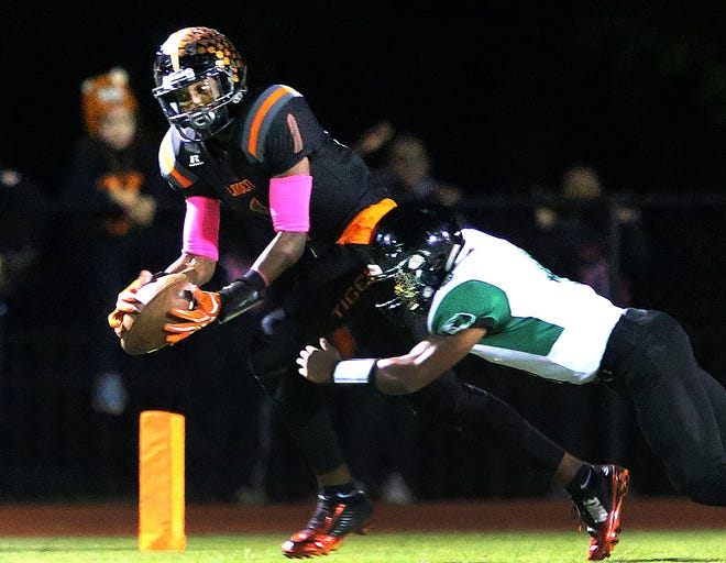 Linden's Schadrac Petit-Home makes a catch against South Plainfield during the first half on Friday, Oct. 12, 2018.