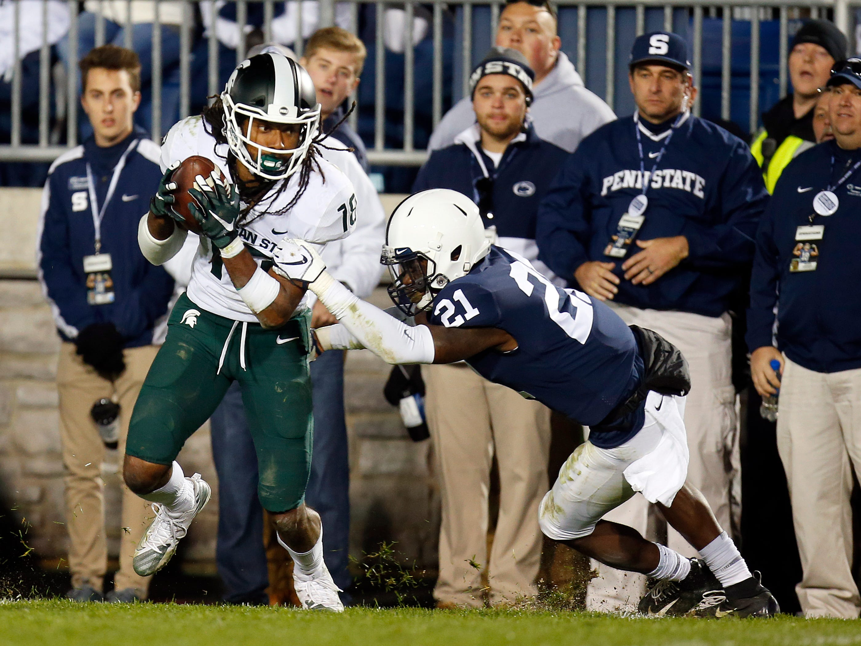 STATE COLLEGE, PA - OCTOBER 13:  Felton Davis III #18 of the Michigan State Spartans catches a 25 yard touchdown pass in the fourth quarter against Amani Oruwariye #21 of the Penn State Nittany Lions on October 13, 2018 at Beaver Stadium in State College, Pennsylvania.  (Photo by Justin K. Aller/Getty Images)