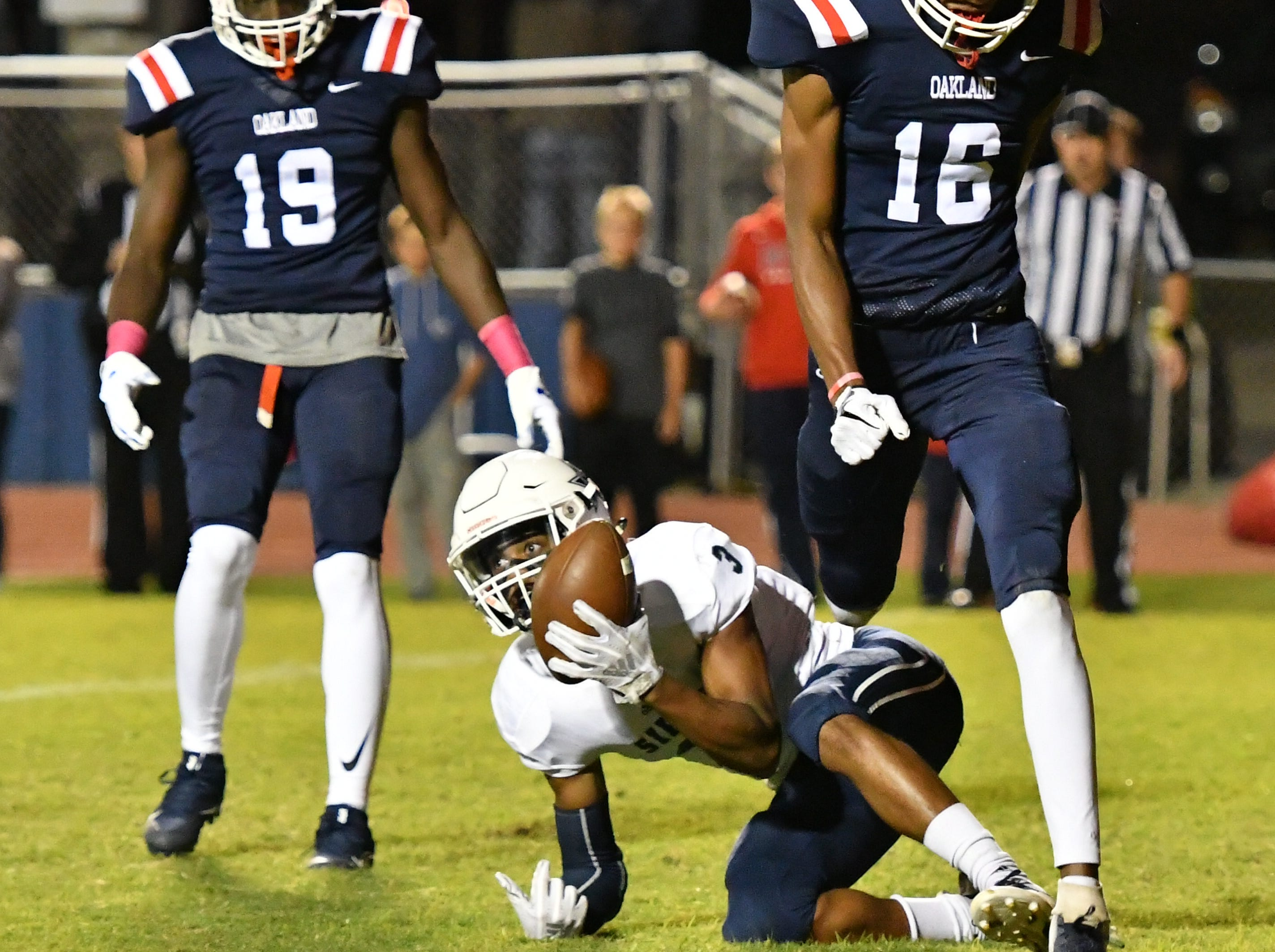 Jermaine Majors of Siegel makes a touchdown catch Friday night against Oakland.