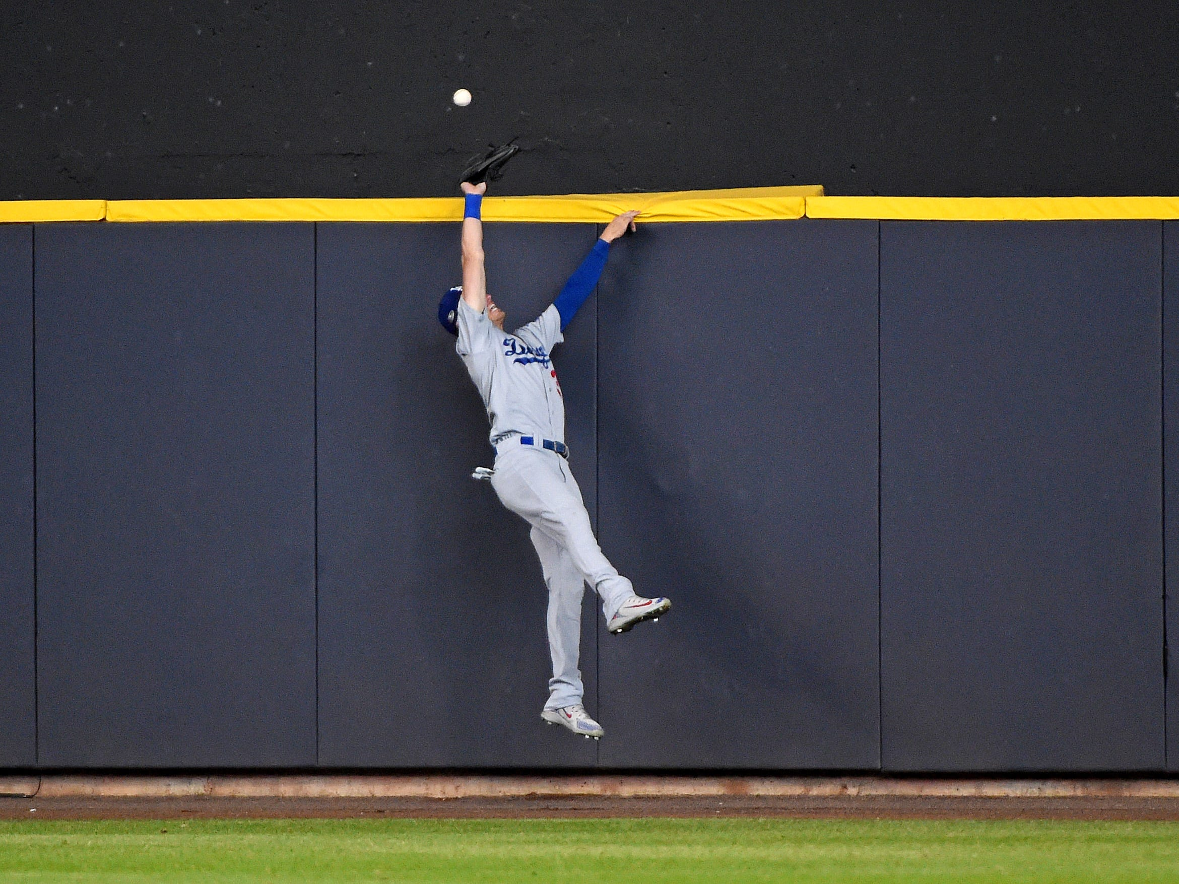 NLCS Game 2: A home run bu Orlando Arcia is just out of the reach of Dodgers center fielder Cody Bellinger in the fifth inning.