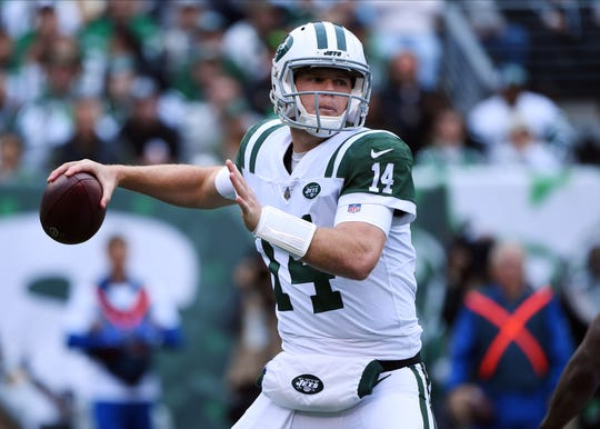 New York Jets quarterback Sam Darnold (14) throws a pass against the Indianapolis Colts in the first quarter at MetLife Stadium.