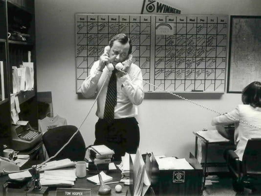 1981 Press Photo Tom Hooper On Two Calls At Once On The Same Case