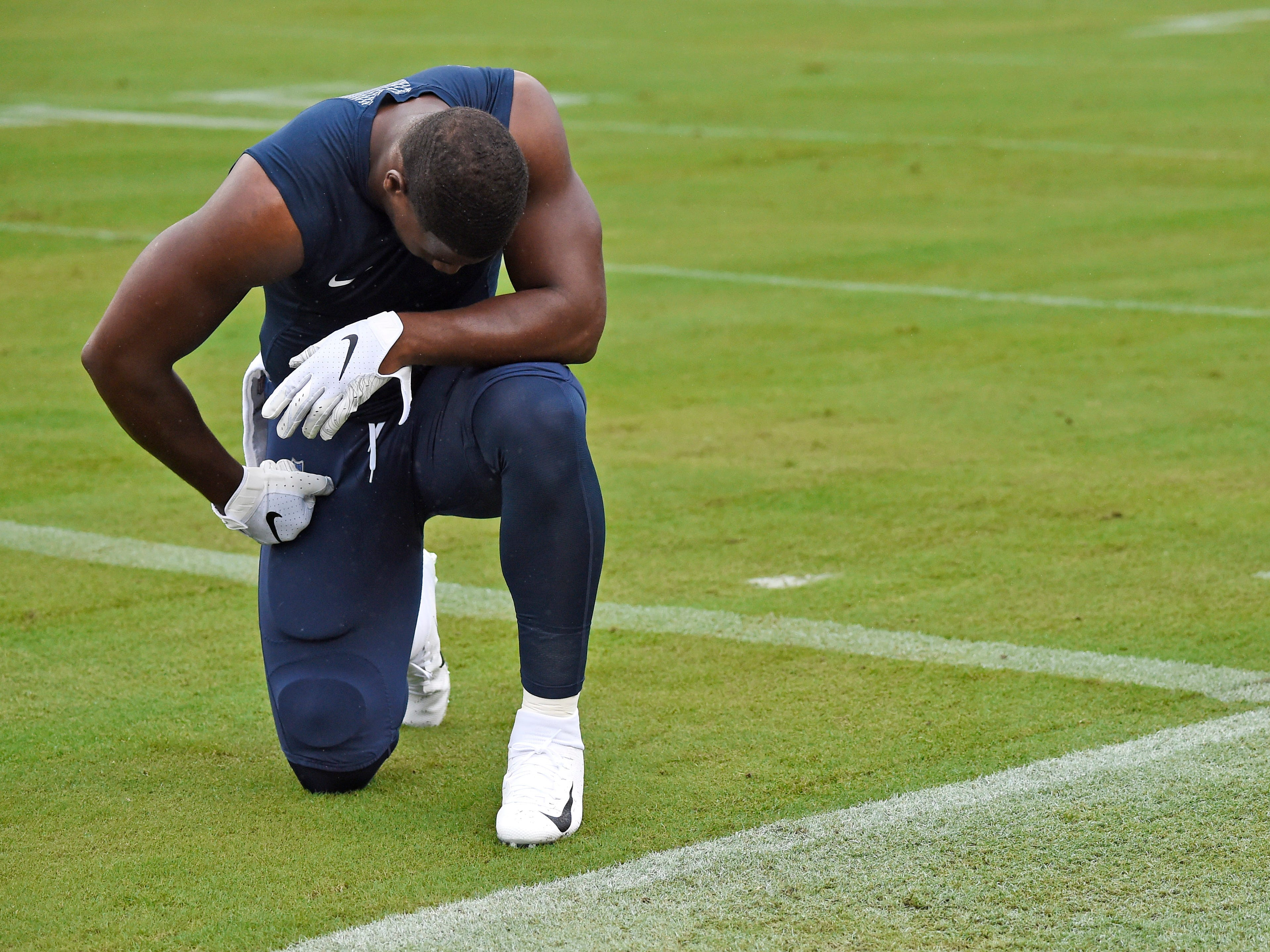 Titans tight end Jonnu Smith (81) pauses to pray before the start of the game against the Ravens at Nissan Stadium Sunday, Oct. 14, 2018, in Nashville, Tenn.