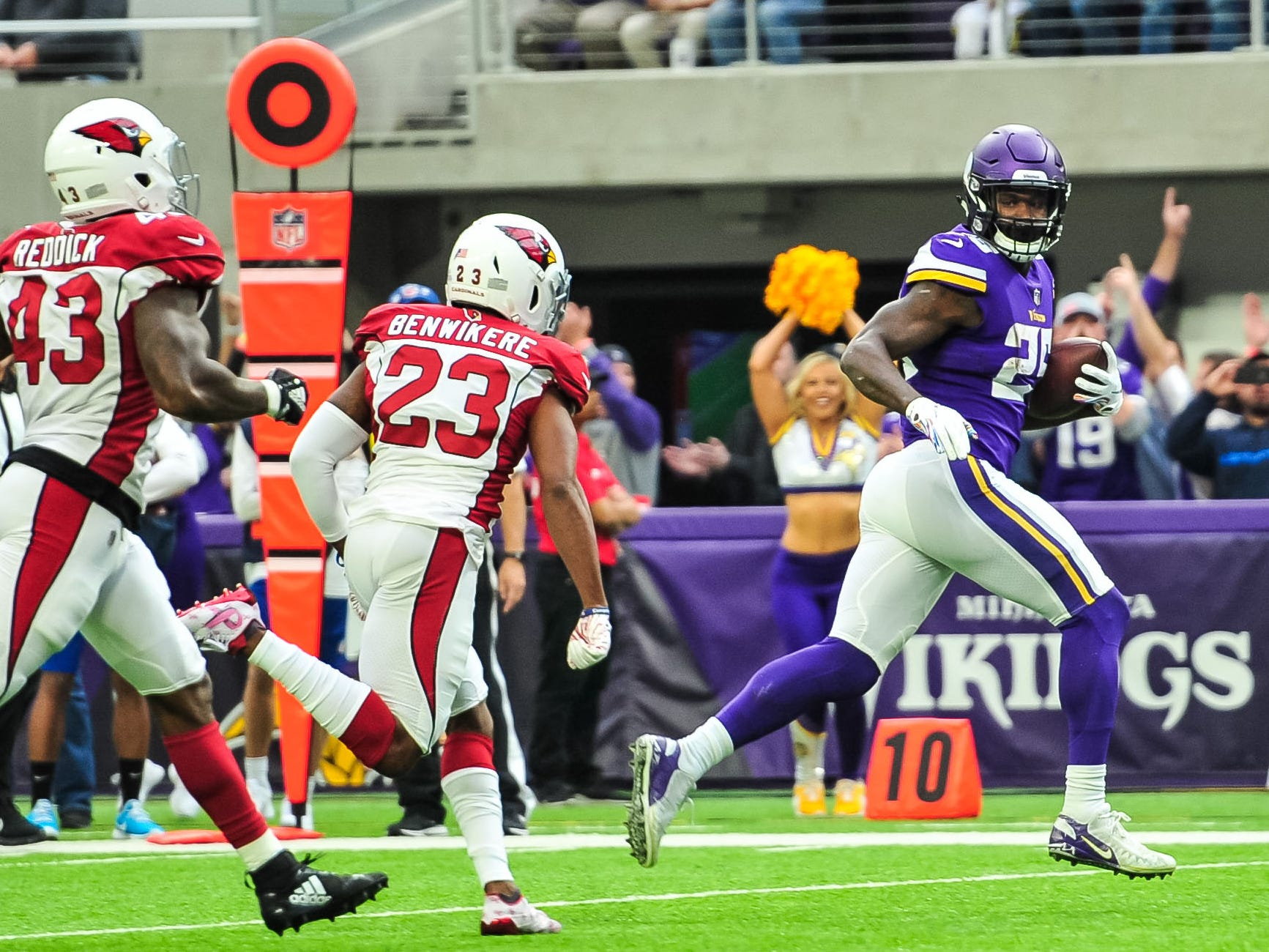 Oct 14, 2018; Minneapolis, MN, USA; Minnesota Vikings running back Latavius Murray (25) runs for a touchdown as Arizona Cardinals defensive back Bene' Benwikere (23) and linebacker Haason Reddick (43) chase from behind during the first quarter at U.S. Bank Stadium. Mandatory Credit: Jeffrey Becker-USA TODAY Sports