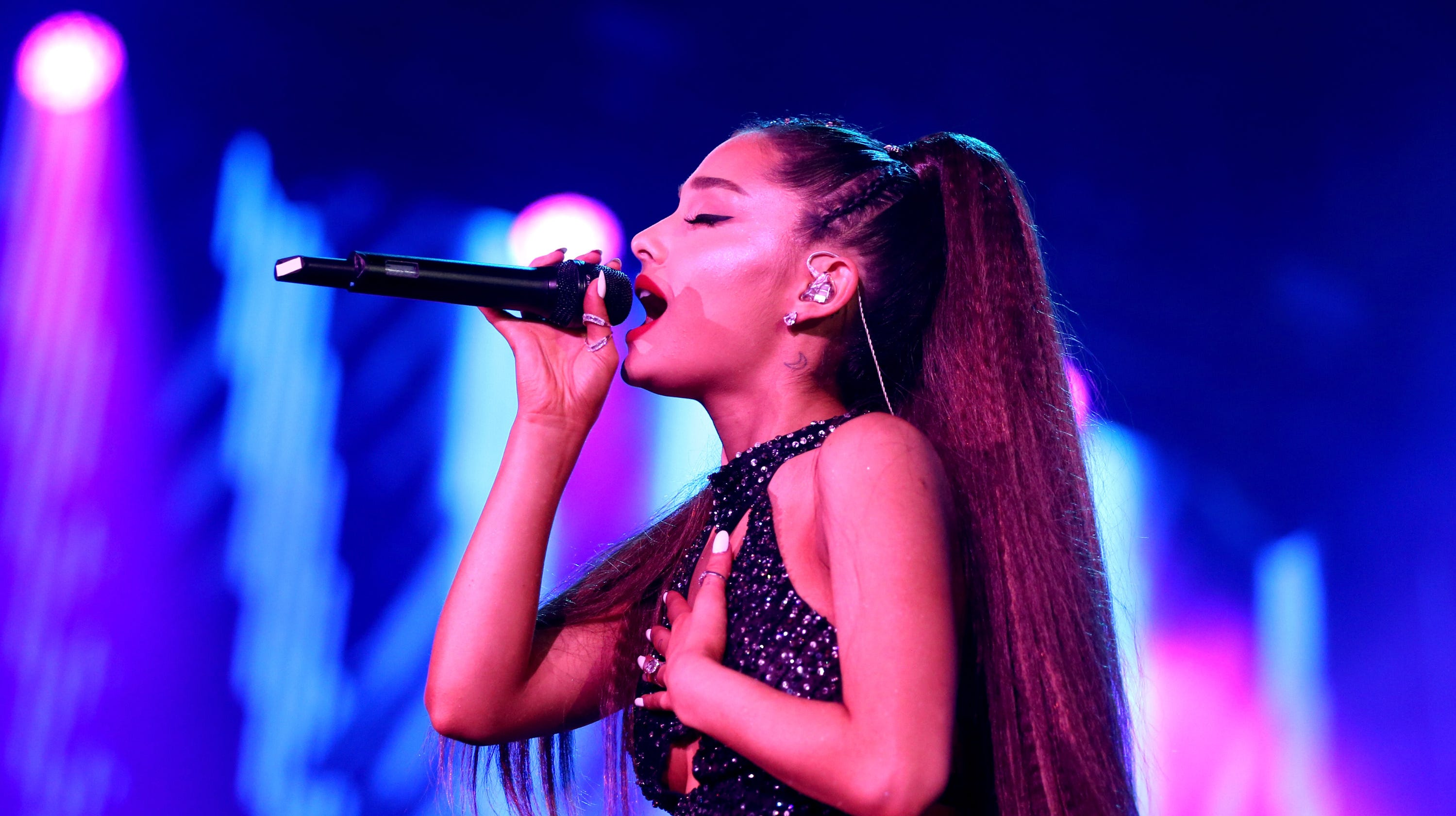 39ea30d0ee95 Ariana Grande ditches iconic ponytail