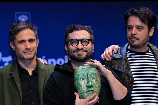 """El actor Gael Garcia Bernal (i), el director Alonso Ruizpalacios (c) y el actor Leonardo Ortizgriz (d) participan en una conferencia de prensa donde se presentó la película """"Museo"""", en el Museo de Antropología en Ciudad de México (México)."""