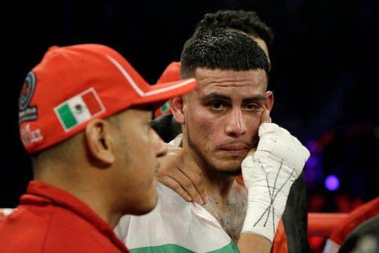 José Benavidez Jr. le dio la batalla a Crawford, pero finalmente fue noqueado a segundos del final.