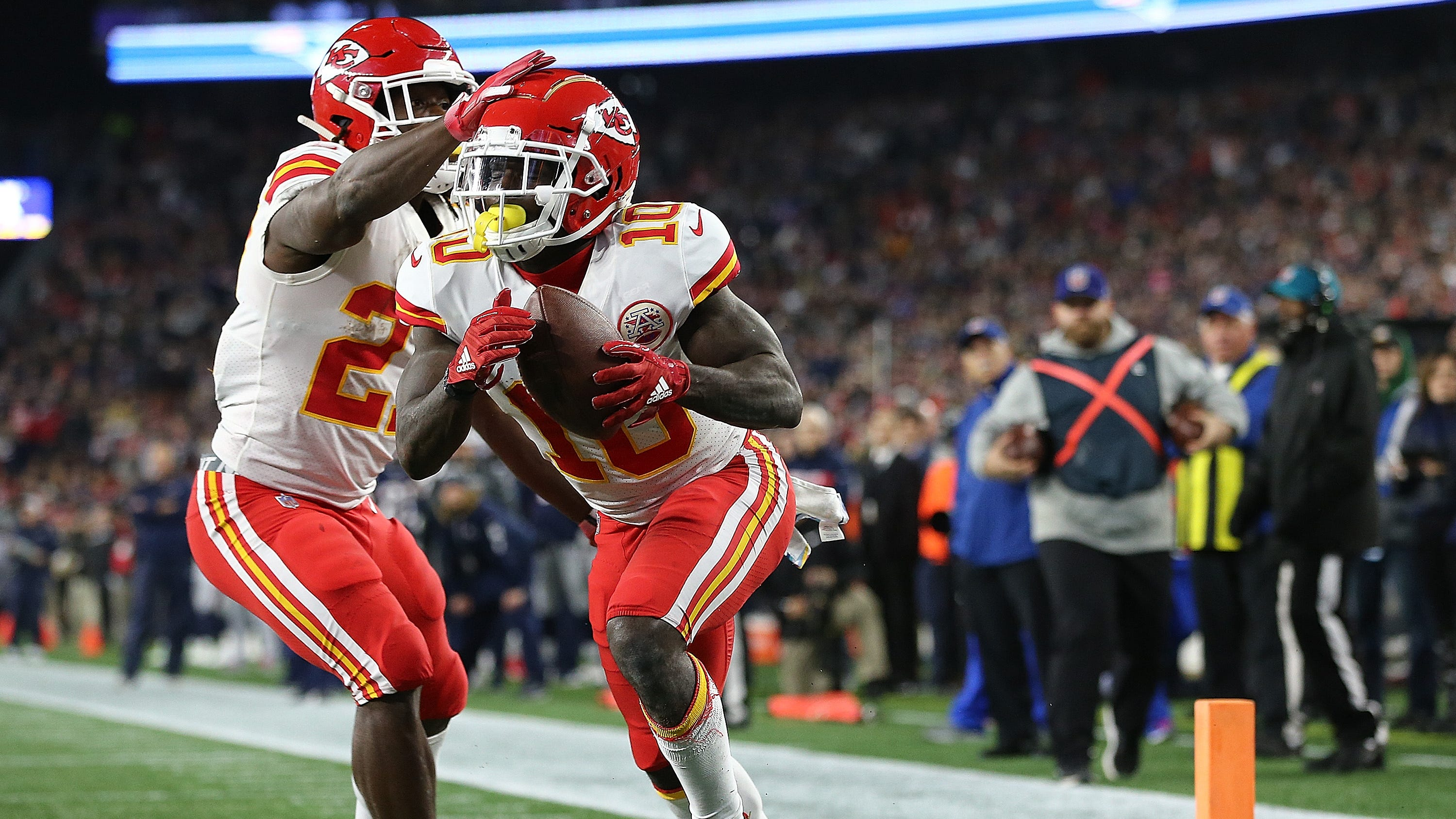 Patriots fan throws beer, others give middle finger to Chiefs WR Tyreek Hill