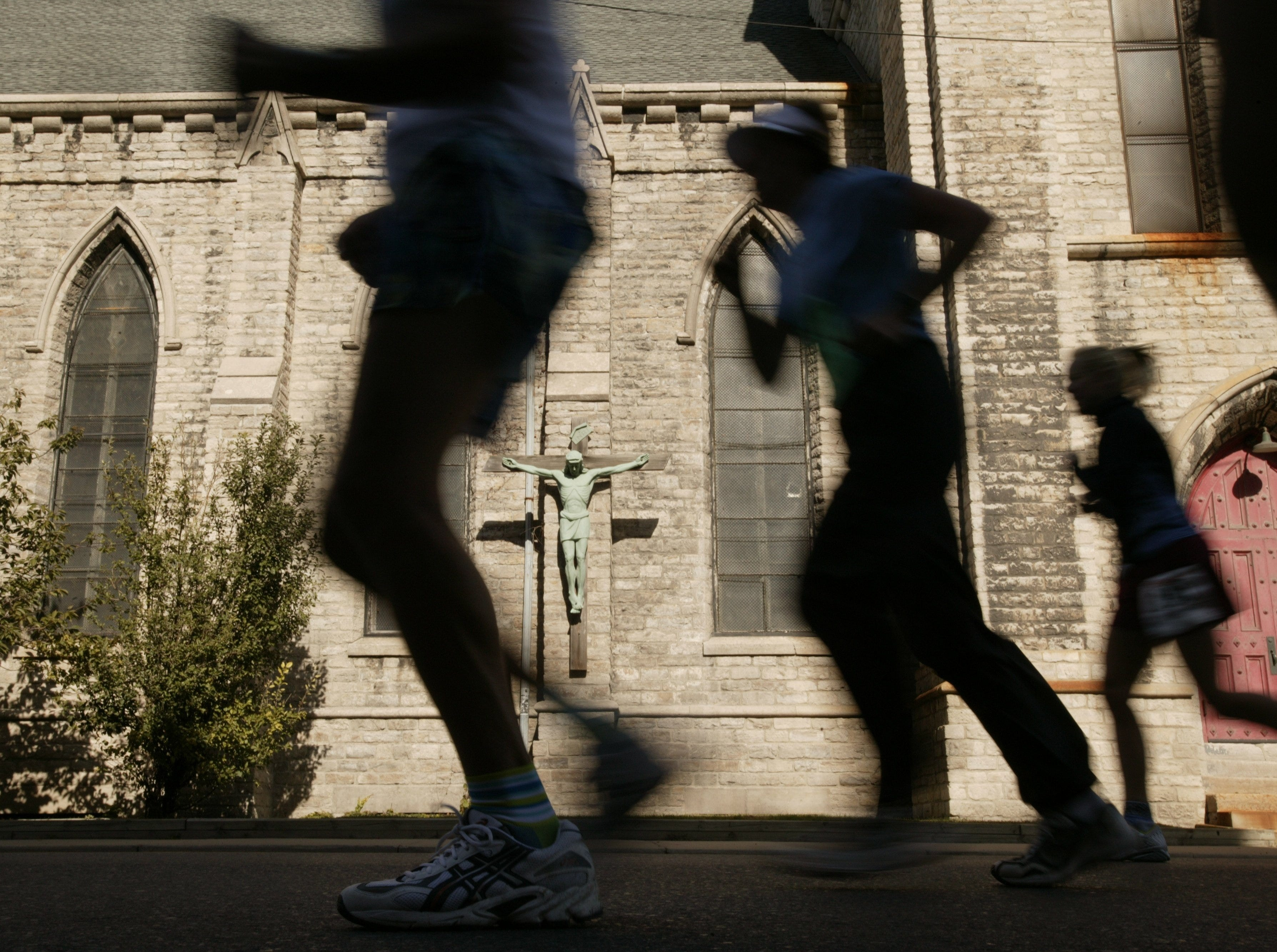 Annual Detroit Free Press/Flagstar Bank Marathon participants run on Lafayette East, near 21 mile mark, in front of Church Of The Messiah in Detroit on Sunday, October 5, 2003.