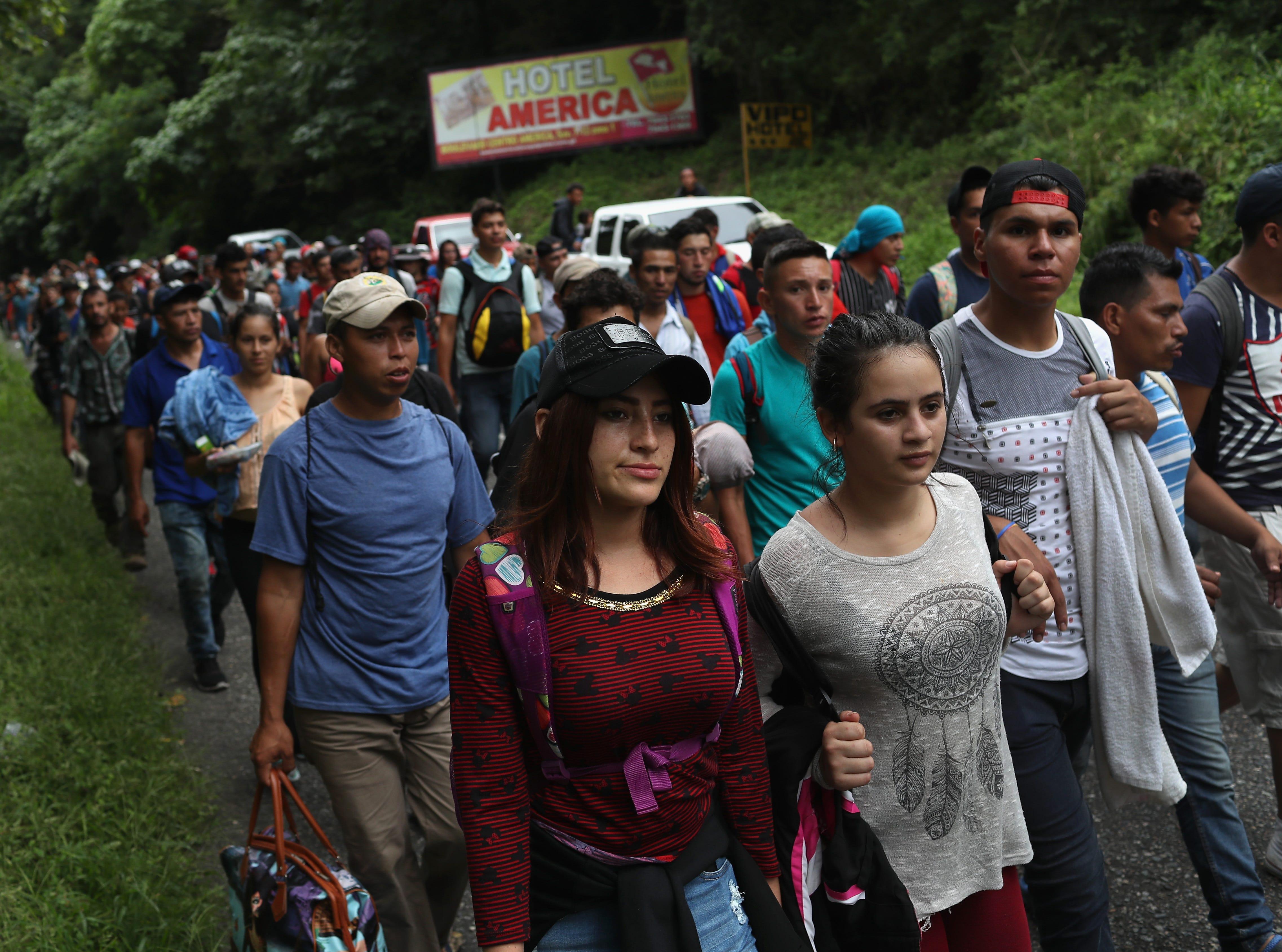 Empujando carros y con niños en los hombros, mujeres, hombres y ancianos forman parte de una nueva caravana migrante que se dirige a EEUU. Salieron desde Honduras y ya cruzaron la frontera de Guatemala. Trump ya amenazó que retirará la ayuda económica a Honduras si esta caravana continúa hacia el norte.