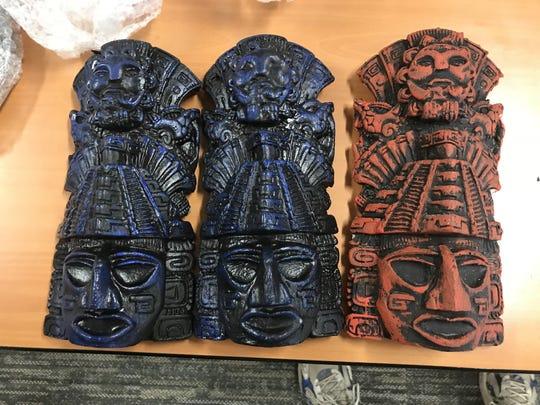 Fotografía cedida por la fiscalía del Distrito Central de California que muestra unas efigies aztecas incautadas el 16 de octubre de 2018.