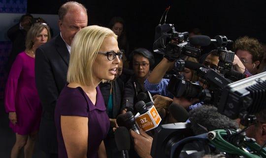 La demócrata Kyrsten Sinema habla con los medios después del debate.