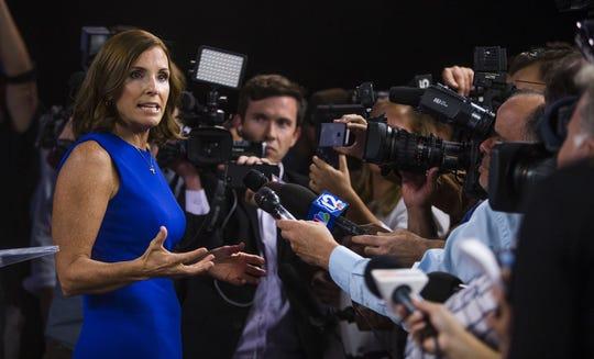 La republicana Martha McSally habla con los medios después del debate.
