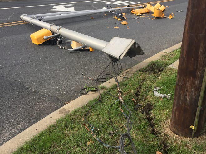 Police are investigating the circumstances that brought down a traffic light at Oak and Main roads on Oct. 16, 2018.