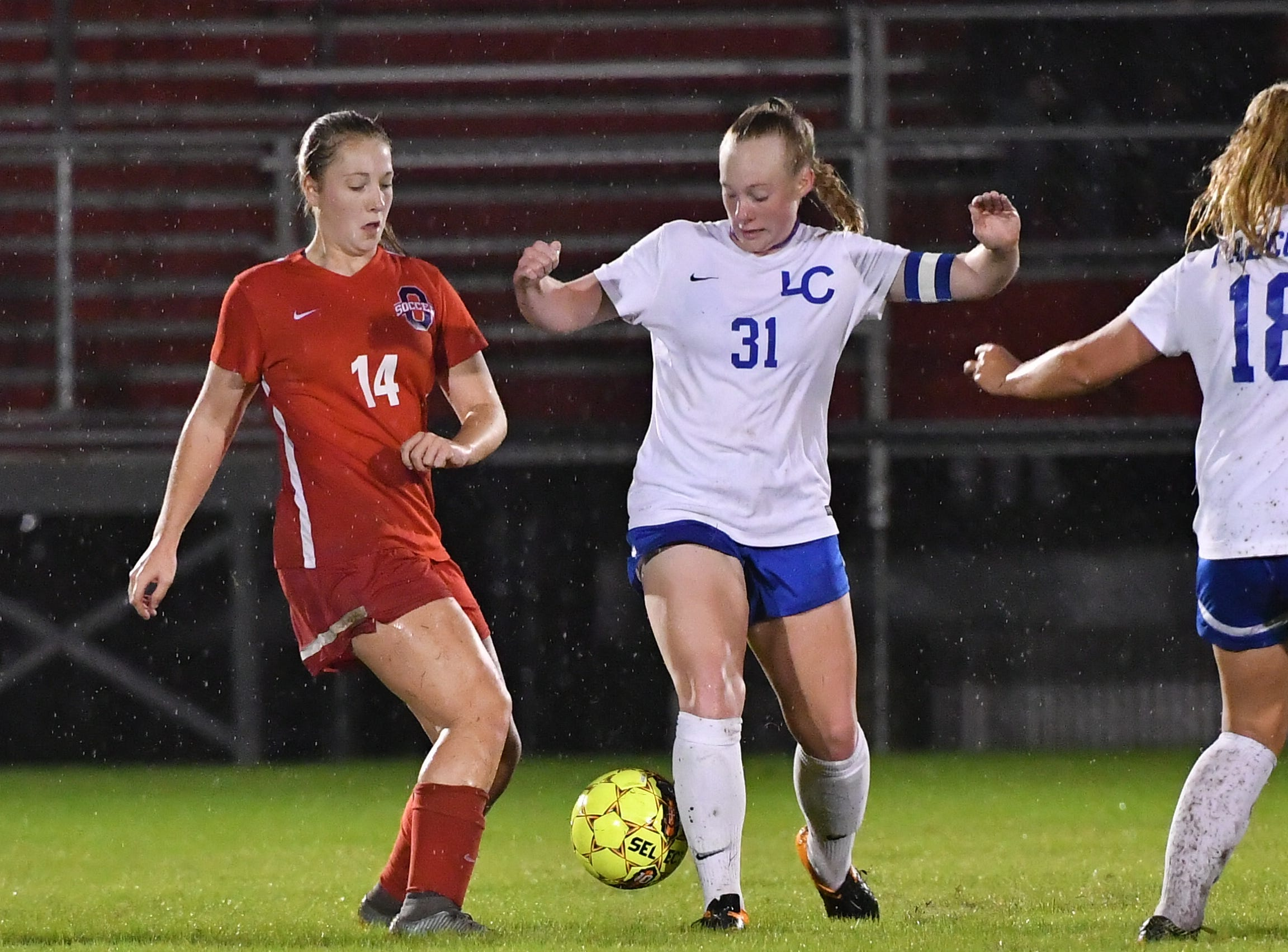Oakland's Mary Grace Wright (14) and Lincoln County's Tessa Lewis battle during Tuesday's region semifinals.