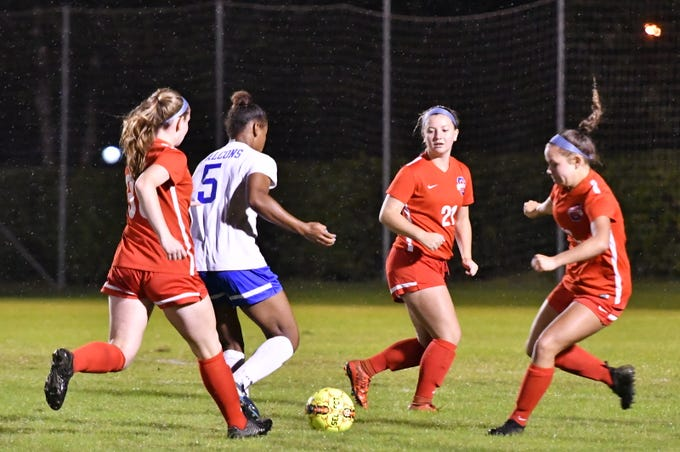 Lincoln County's Alex Davis (5) tries to maneuver through the Oakland defense Tuesday in the 4-AAA semis.