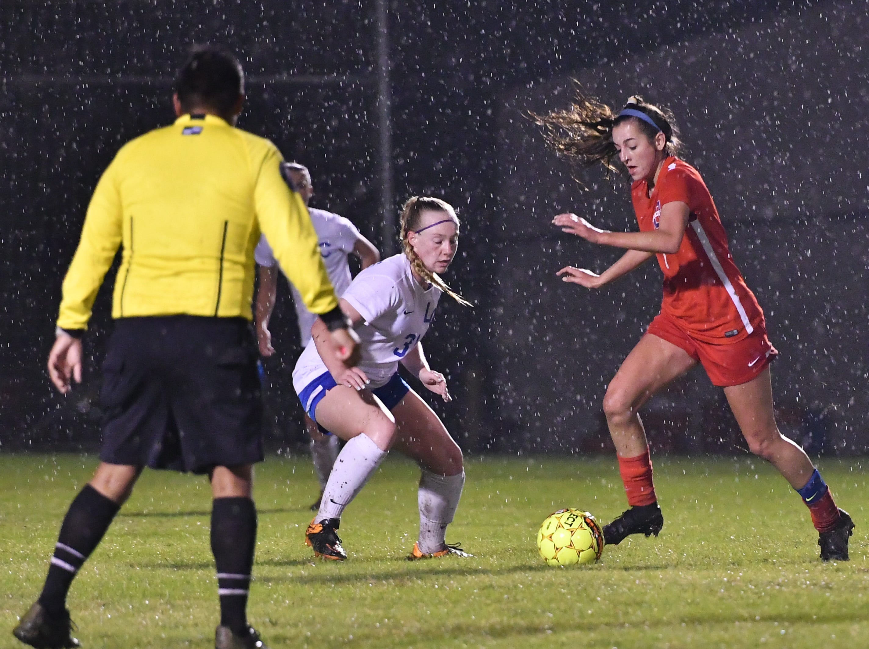 Oakland's Ella Riley drives upfield during Tuesday's region semis against Lincoln County.