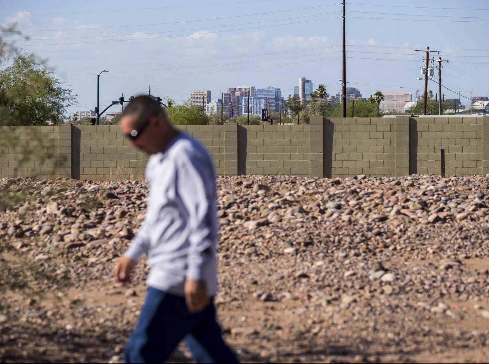 El horizonte del centro de Phoenix puede observarse en el fondo de la imagen mientras Tim Díaz camina en el cementerio Sotelo-Heard el 20 de septiembre de 2018, en Phoenix.