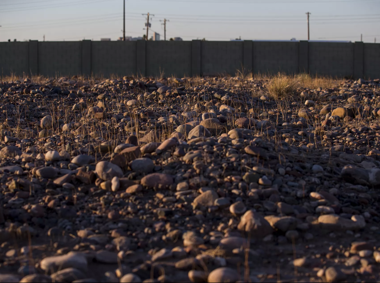 Espacios descuidados, tumbas saqueadas, abandono y mucha basura se puede observar en el cementerio Sotelo-Heard en Sur Phoenix, que hoy luce en ruinas