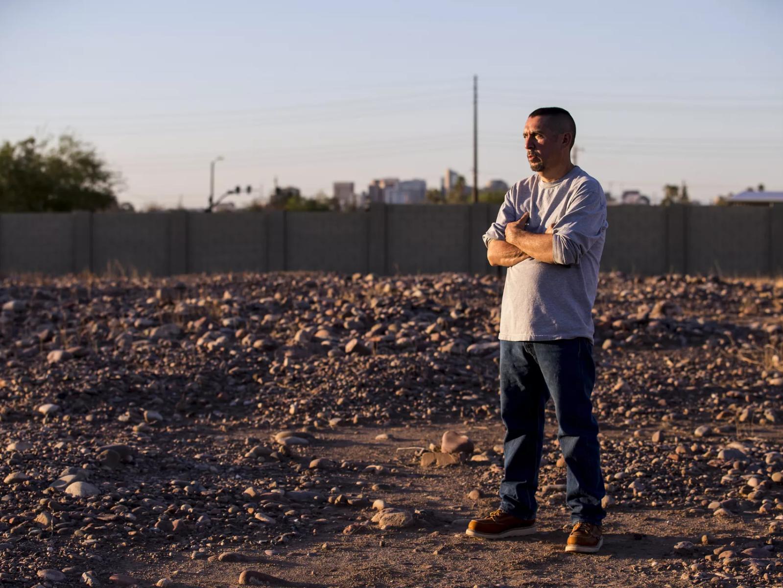 Tim Díaz posa para una foto el 27 de septiembre de 2018, en el cementerio Sotelo-Heard en Phoenix.