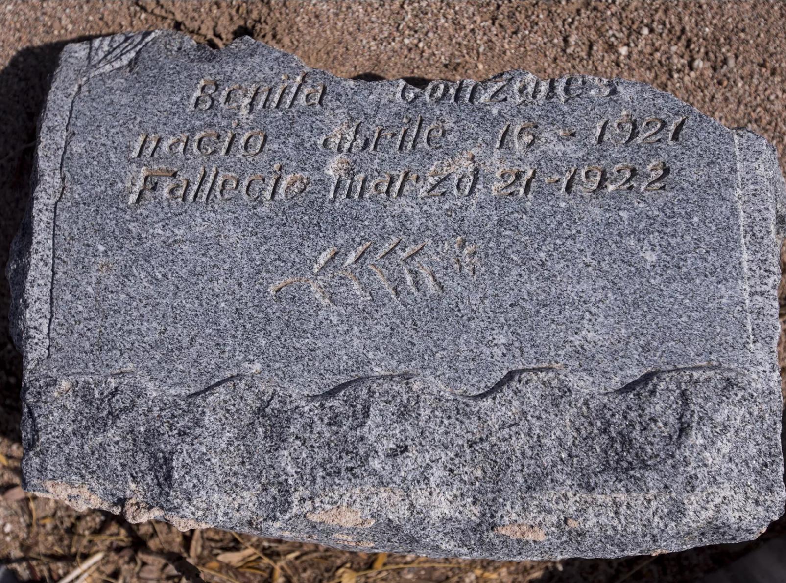 Una lápida en memoria de Bonita Gonzáles se muestra en esta foto tomada el 20 de septiembre de 2018 en el cementerio Pioneer & Military Memorial Park en Phoenix. Algunas de las lápidas del histórico cementerio Sotelo-Heard se han trasladado a su ubicación actual para evitar el vandalismo.