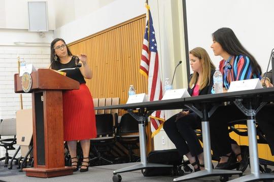 Nereida Oliva, izquierda, modera el panel que se llevó a cabo el martes en Hartnell College, mientras que Alicia Edelen y Hortencia Jiménez escuchan a los profesores que comparten su perspectiva sobre cómo ayudar a los estudiantes que viven ilegalmente en el país.